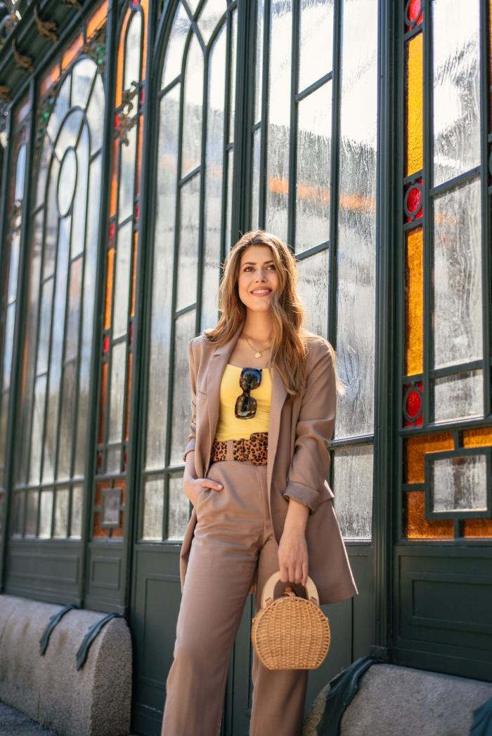 comment porter un ensemble femme chic de couleur beige avec un accessoire à imprimés animaliers et sac à main tressé