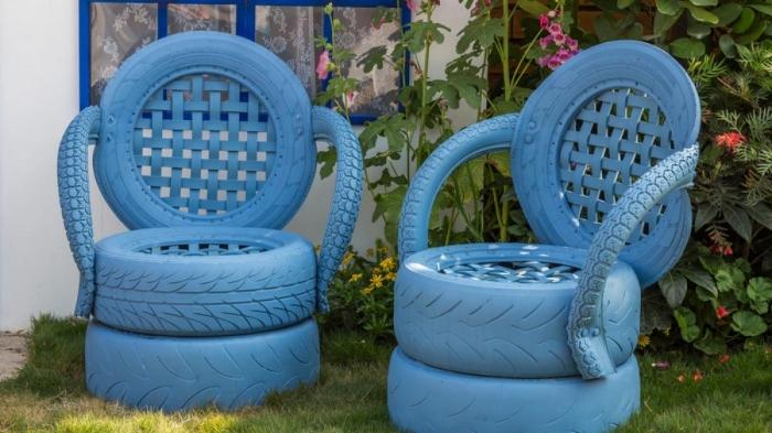 bricolage facile avec pneus recyclés, idée de meubles DIY avec objets de récupération vieux pneus et peinture de nuance bleu