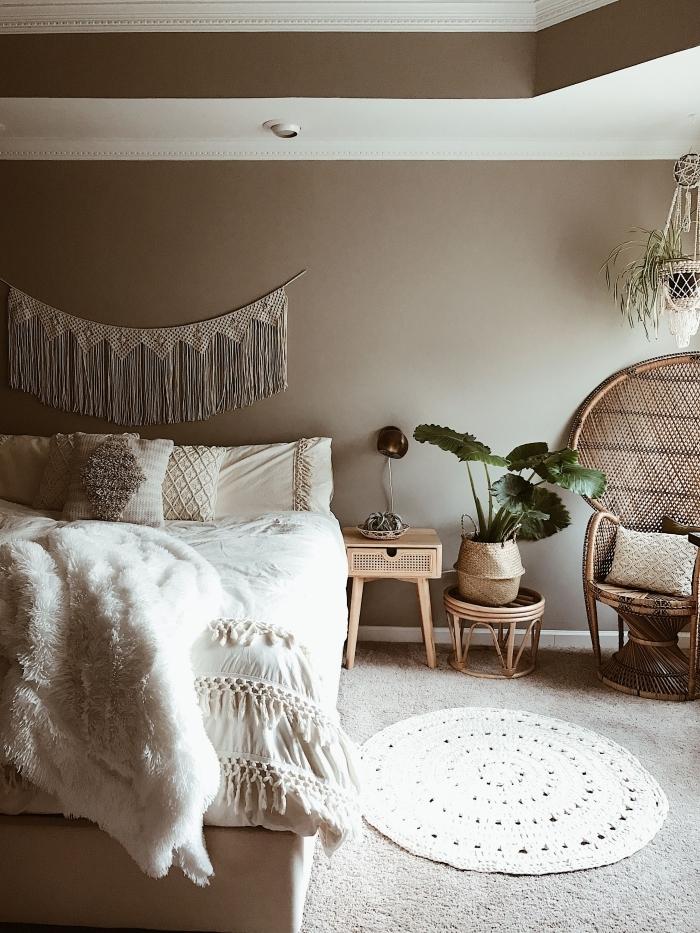 chaise paon rotin meubles exotiques tapis rond blanc couverture de lit blanche avec tassels macramé guirlande murale suspension corde beige