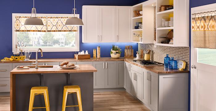 Cuisine blanche et bois, ilot de cuisine avec lavabo, mur bleu, associer les couleurs dans une cuisine, association de couleur