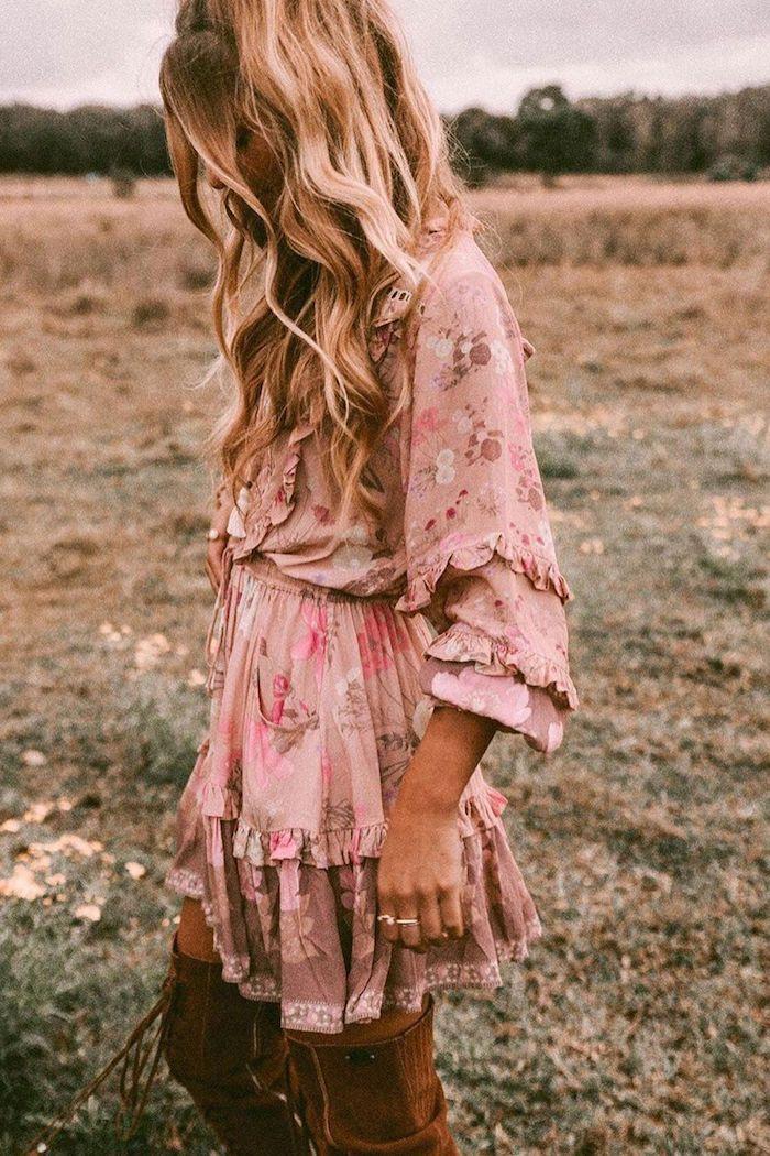 champs filtre vintahe femme en boheme chic robe courte a manche longue couleur rose fleurie imprime robe fleurie longue style vacances d ete tenue pour voyager boheme chic