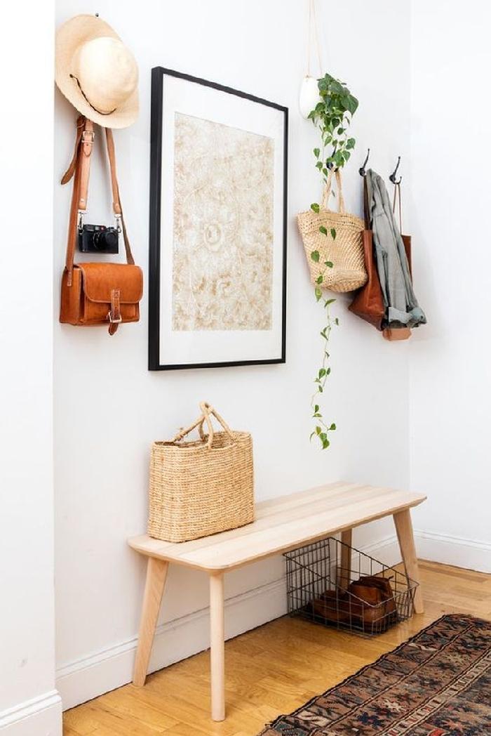 chapeau paille sac bandoulière marron banquette bois clair tapis motifs ethniques idée couleur couloir blanc et bois cadre photo noir