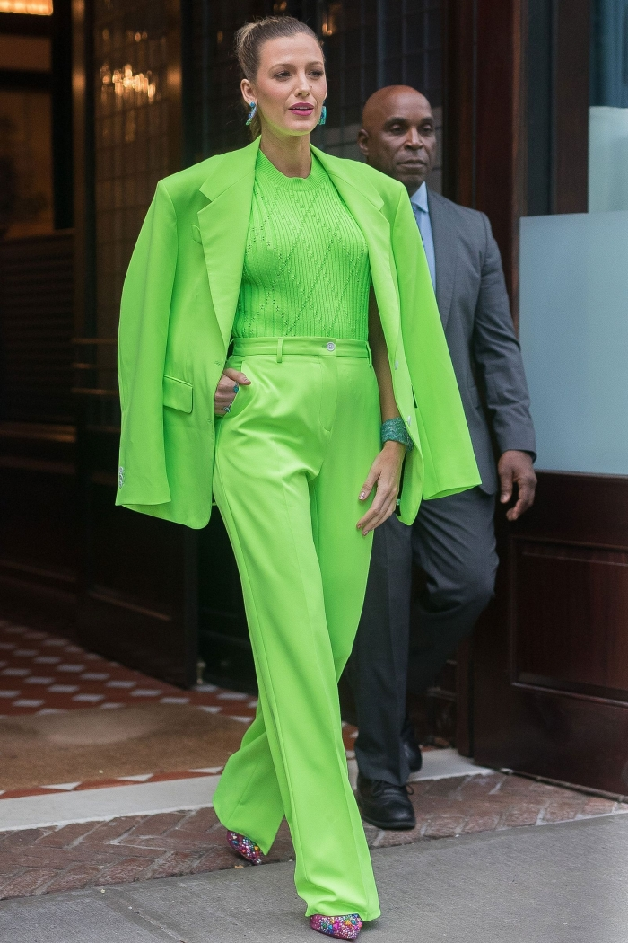 idée comment bien s'habiller avec vêtements de couleur tendance vert, modèle de tailleur pantalon femme mariage