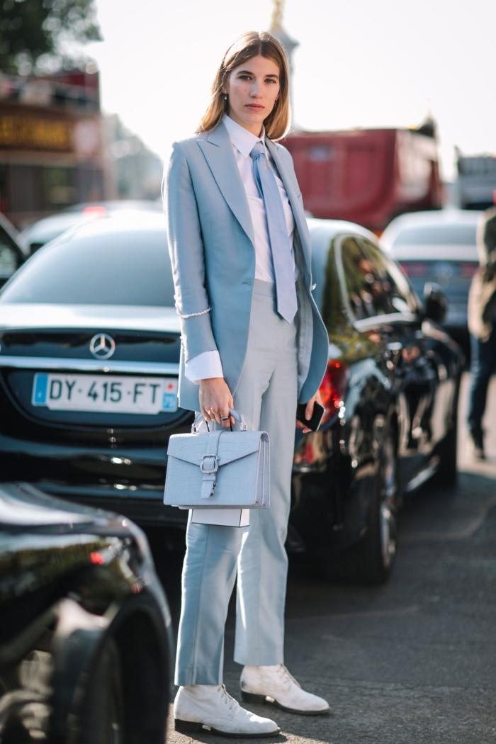 idée comment combiner les vêtements de différentes nuances d'une même couleur, modèle de pantalon tailleur femme en bleu pâle