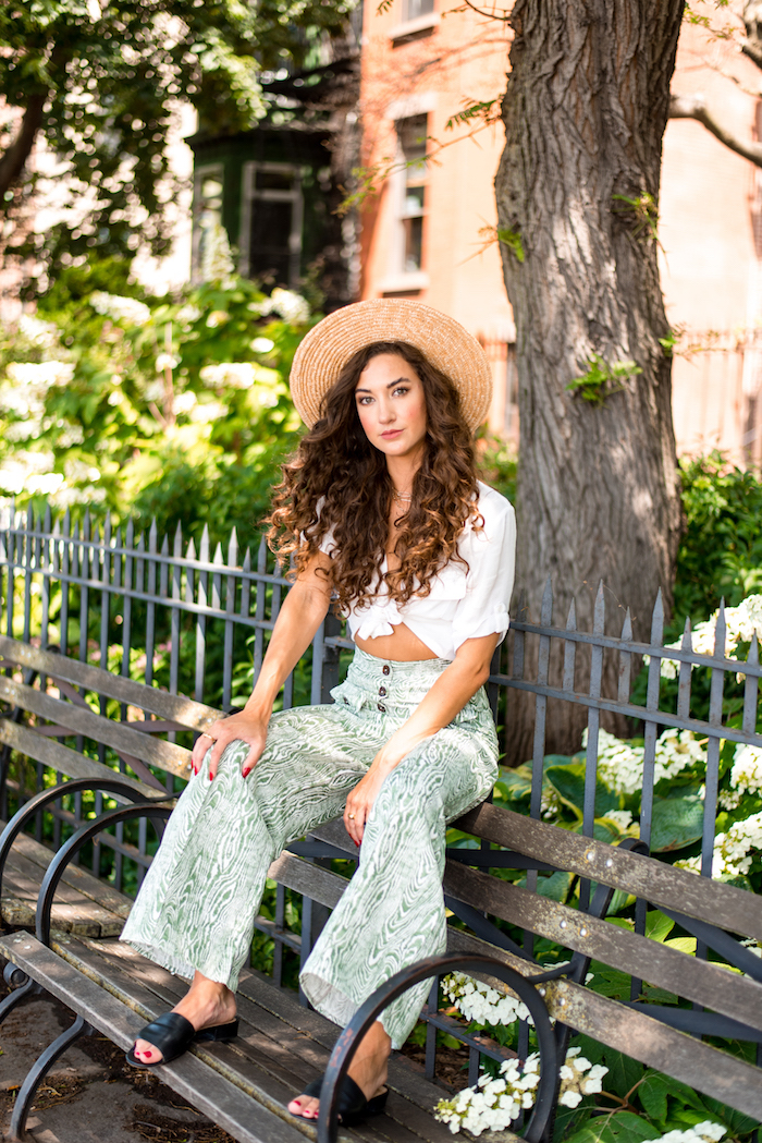 chemise blanche manche courte pantalon evasee robe de plage longue savoir comment bien s habiller femme stylee cheveux longs bouclés