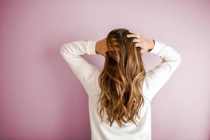 cheveux hydrates apres shampoing lavage application creme serum hydratant sur longueurs soins beaute sante cheveux