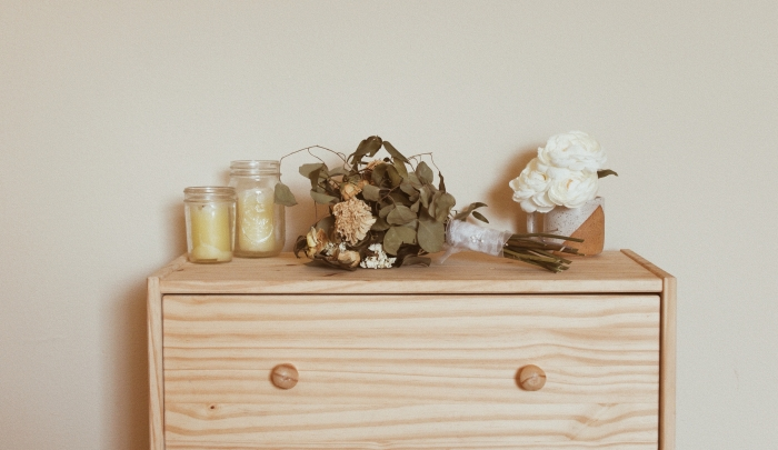 choix meuble chambre à coucher style campagne décor minimaliste matériaux naturels commode bois fleurs séchées