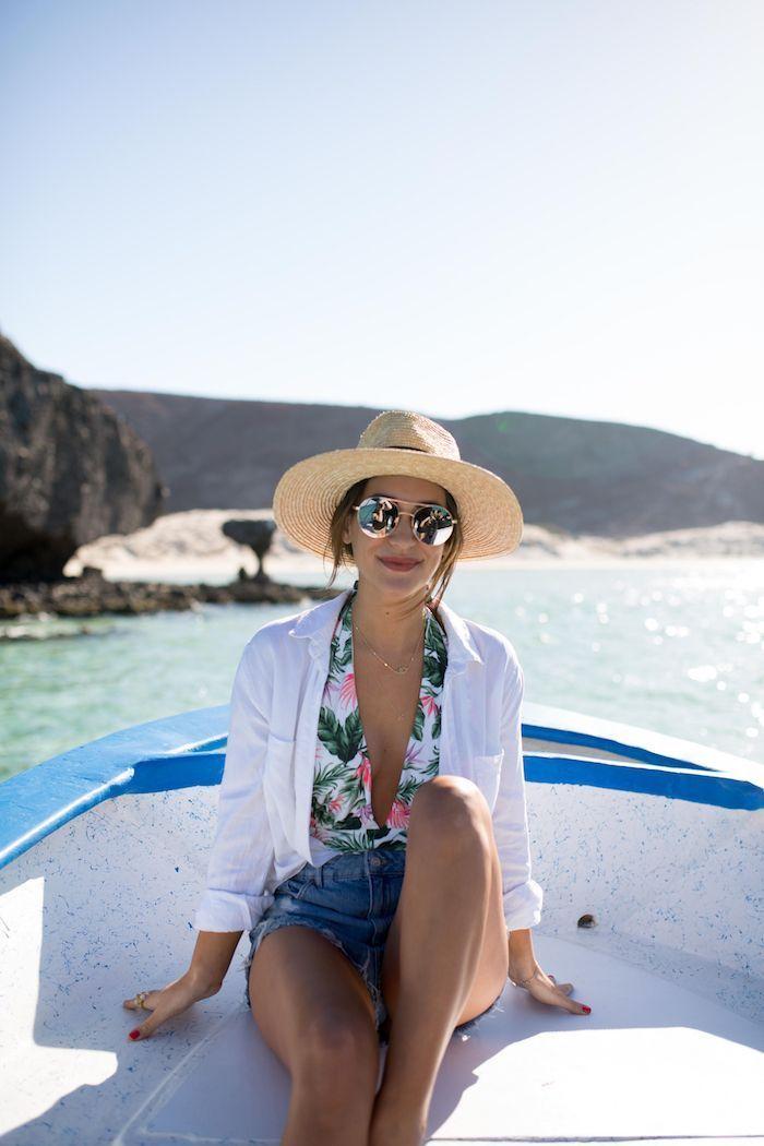 chouette photo d ete yacht dans la mer robe femme ete idée robe de plage boheme chic style vetements chemise blanche maillot de bain jean court