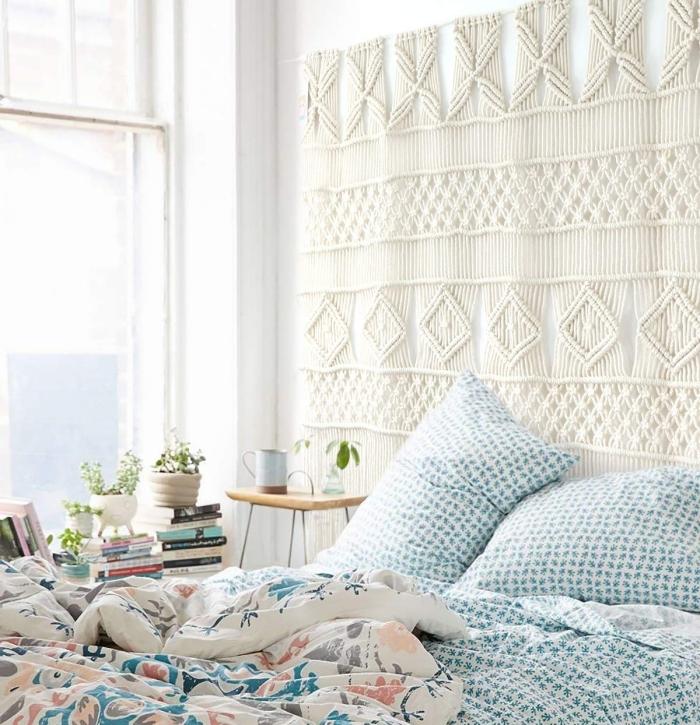 collection livres sous fenêtre coin lecture petite chambre à coucher cocooning tete de lit fait maison suspension corde macramé