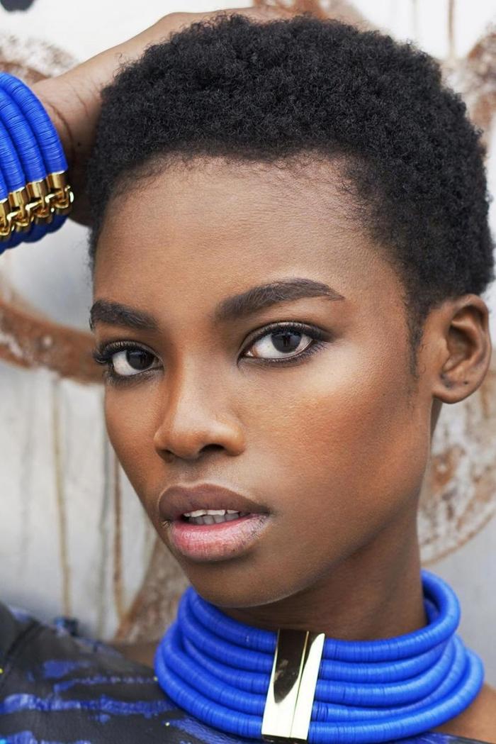 collier bleu et or massif accessoire bijoux ethnique femme coupe tres courte femme mascara maquillage naturel cheveux marron