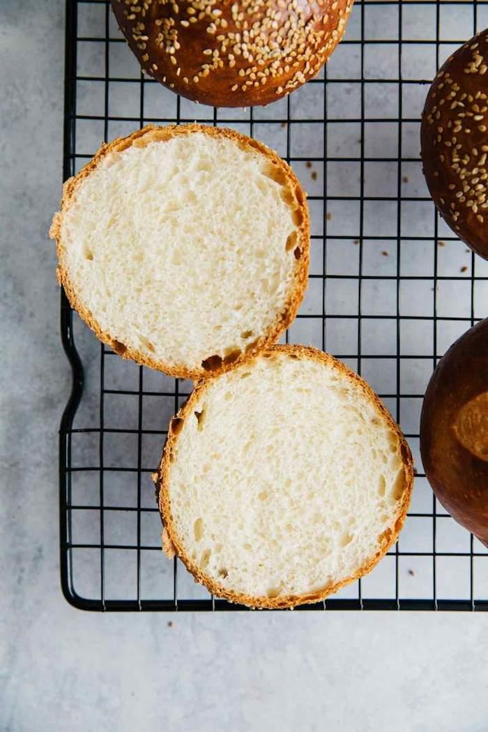 idee de pain hamburger maison à faire soi meme avec farine tout usage, levure et des graines de sésame à saupoudrer