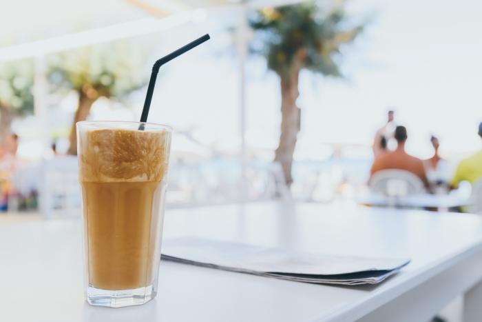 recette facile pour préparer un latte glacé à la maison, verre de café froid au lait et cassonade avec glaçons