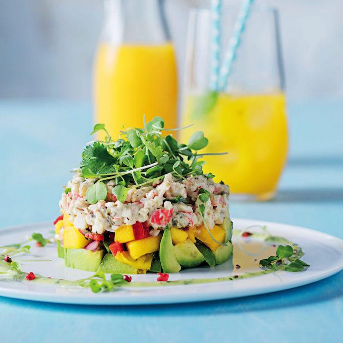 idée pour faire tartare avoat, mangue et crave et de la salade pour décorer, recette entrée originale et raffinée