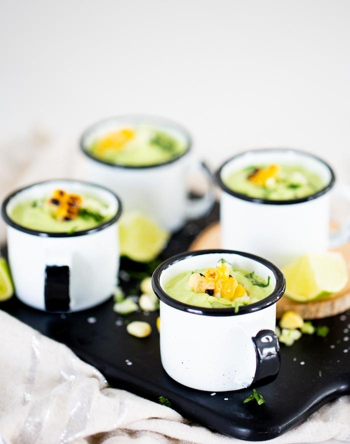 soupe froide concombre avocat garnie de maïs grillé dans une tasse, recette à base d avocat