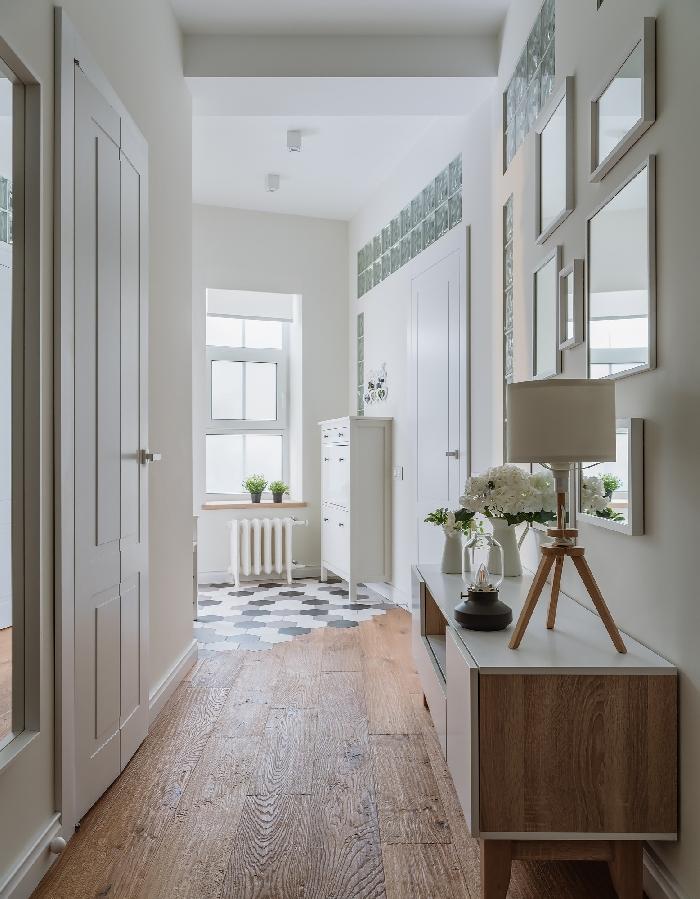 comment peindre un couloir aux multiples portes de style minimaliste design intérieur meubles bois et blanc bouquet de fleurs blanches mur de cadres
