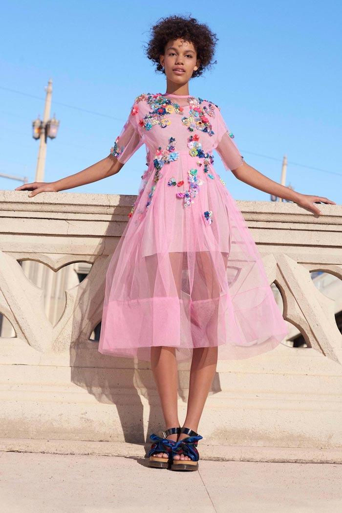 comment s habiller bien robe mi longue robe longue fleur idée pour la femme stylée qui aime le style décontracté chic robe dentelle rose a fleurs