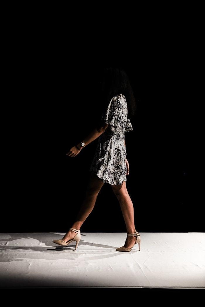 comment s habiller idée pour femme moderne robe fleurie pour mariage champetre chic idée robe longue fluide chaussures a talon