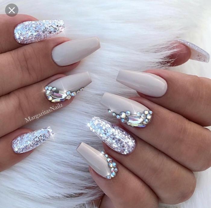 Manucure blanc à beige avec perles brillantes activité manuelle adulte, canevas diamant peinture petits pieces