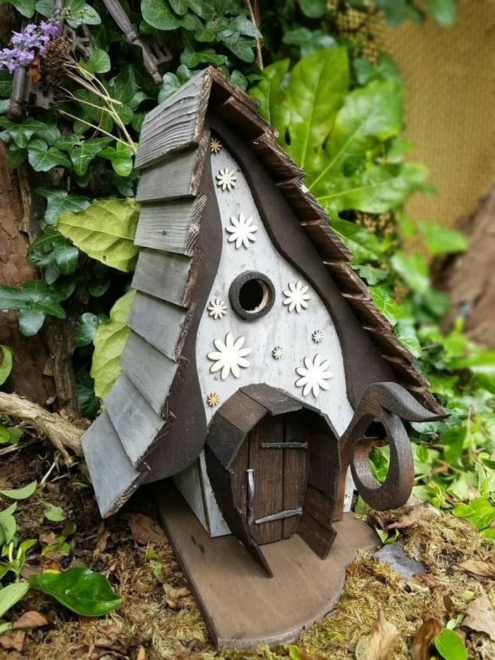 exemple comment fabriquer un nichoir pour mésange original, modèle de petite maison oiseau fabriquée avec bois foncé