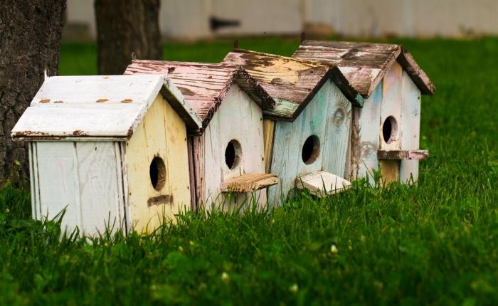 modèles de maison oiseaux faciles à réaliser soi-même avec matériaux de récupération, DIY mangeoire en bois repeint
