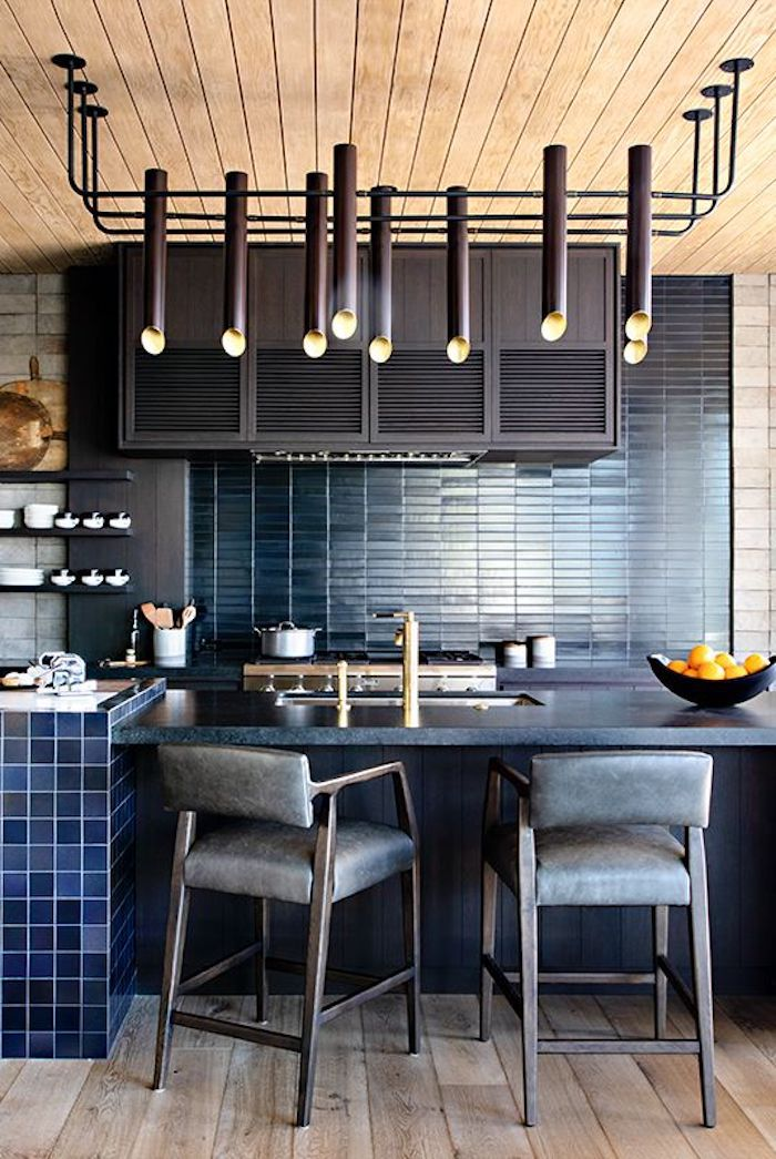 Bleu sombre cuisine avec plafond bois et originale lustre, idée asociation couleur, quelle couleur repeindre sa cuisine jolie
