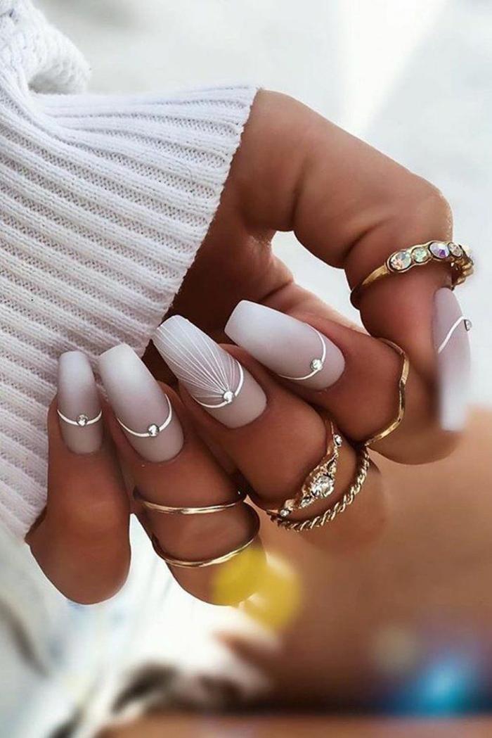 Manucure blanc stylé, idée que faire les perles restés, activité créative modele broderie, canevas diamant plastique dessin