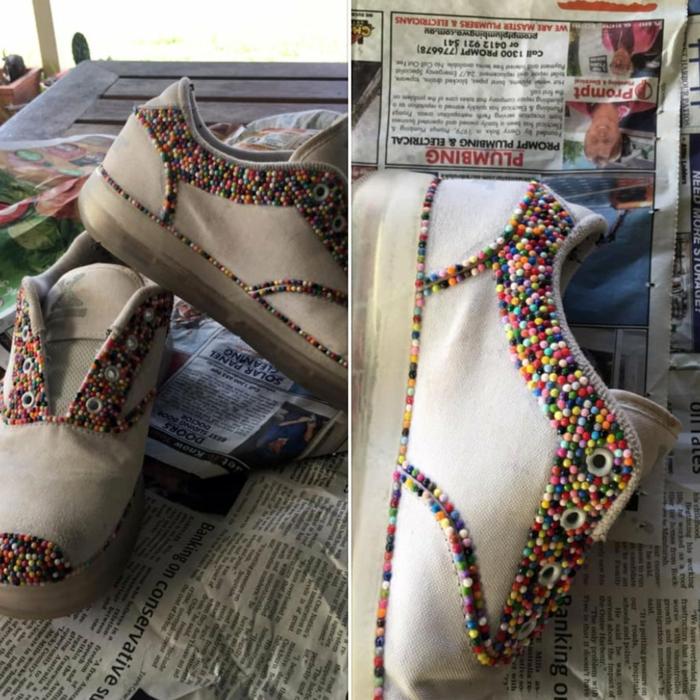 Décorer ses baskets blanches idée d'activité créative, broderie diamant, creation diamant broderie