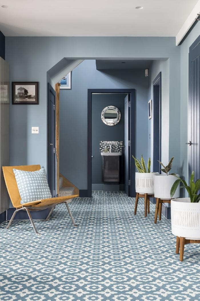 couleur couloir mur bleu chaise bois coussin décoratif pot fleur blanc plantes vertes carreaux blanc et bleu photo blanc et noir