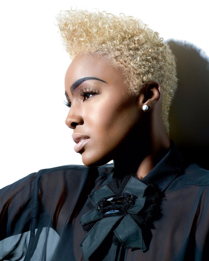 couleur de cheveux blond platine maquillage fards à paupières doré mascara coupe courte feminine volume cheveux crépus chemise noire