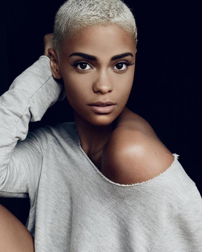 couleur de cheveux crépus coupe garçonne femme blouse col asymétrique blouse grise manches longues piercing oreilles femme