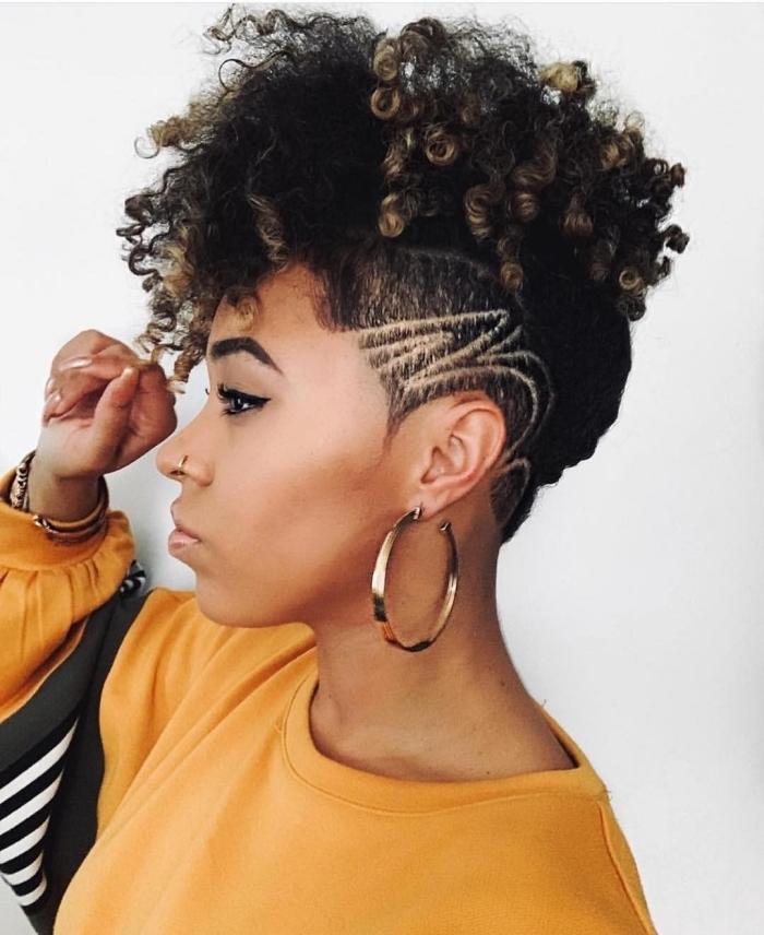 coupe courte femme afro accessoires mode bijoux or créoles boucles d oreilles or blouse couleur jaune cheddar coiffure cheveux crépus courts