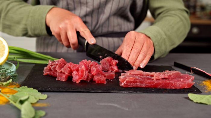 couper le thon en dés pour faire tartare thon rouge, idée d entrée gastronomique pour l apero dinatoire