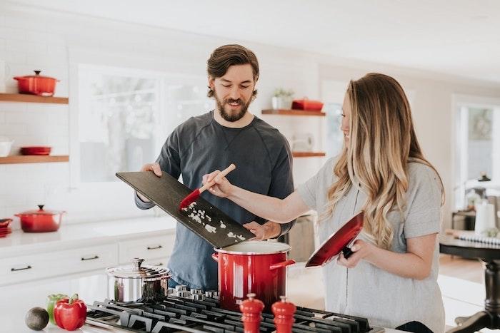 Blanche cuisine etageres en bois et détails rouges association de couleur, quelle couleur pour une cuisine intérieur maison