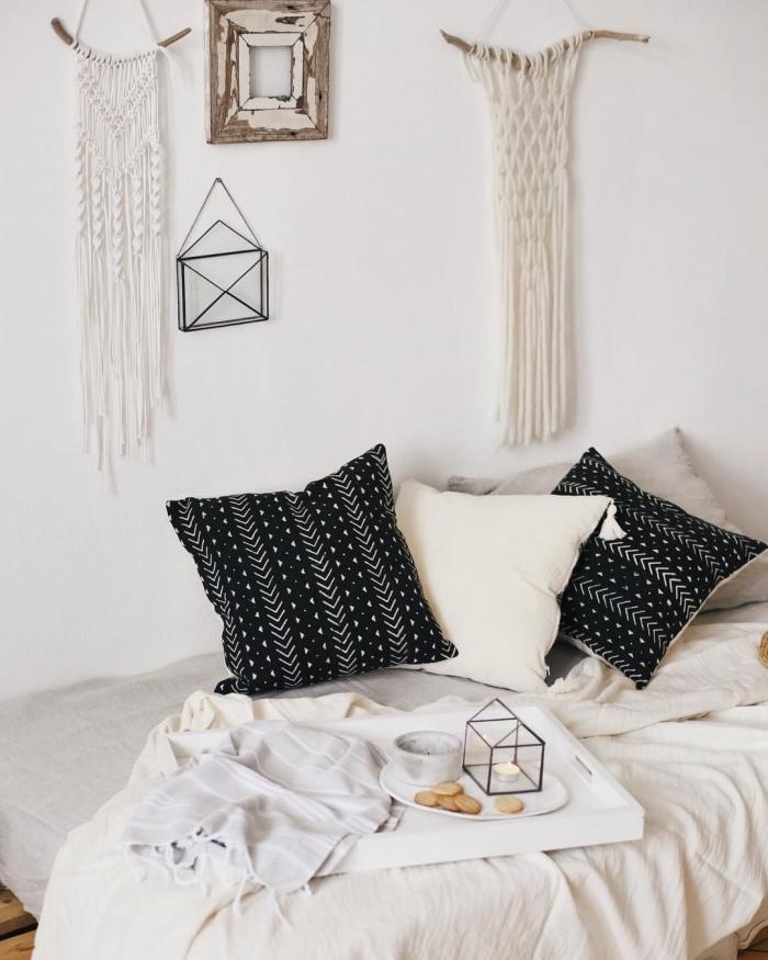 coussin noir motifs géométriques blancs déco lit cocooning aménagement petite chambre ado style bohème cadre photo vide bois macramé création