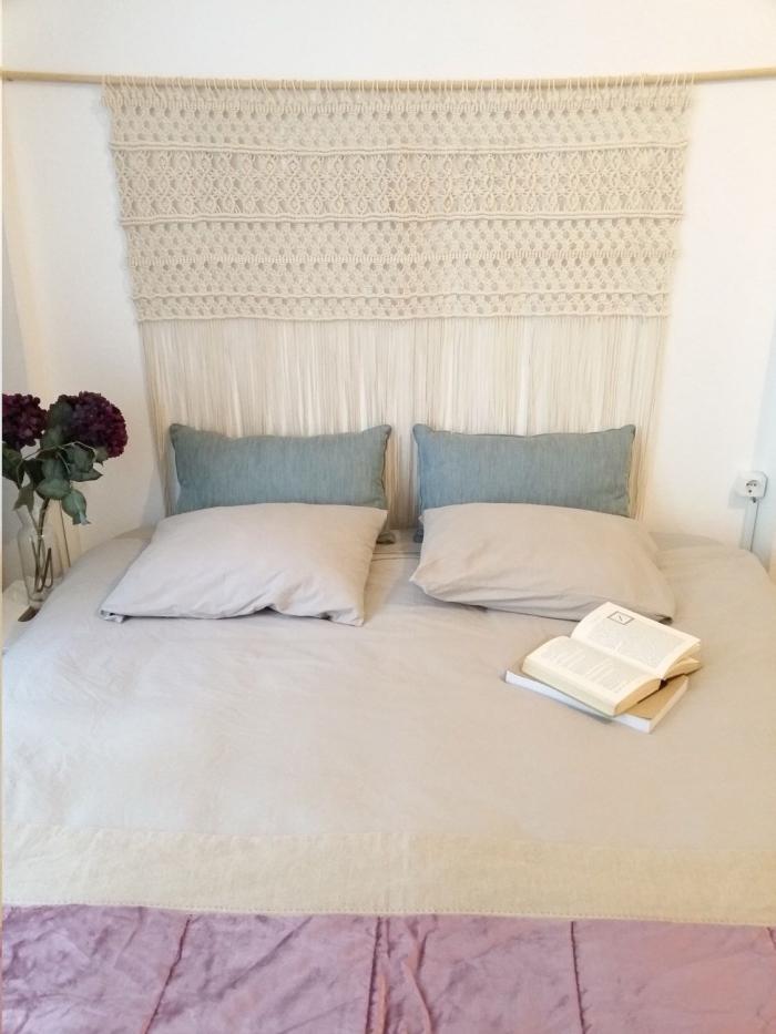 coussins décoratifs tete de lit a faire soi meme bouquet de fleurs vase verre livres décoration petite chambre à coucher corde macramé cotton beige