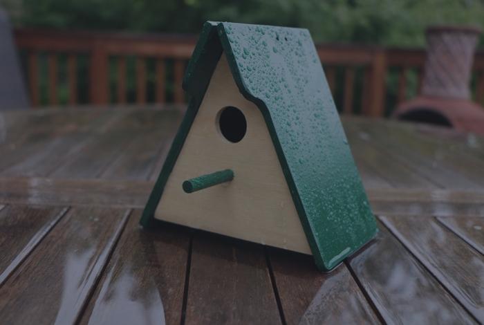 comment faire une maison pour oiseaux facile avec peu de matériel, diy maison oiseau fabriquée avec planches de bois en forme de triangle