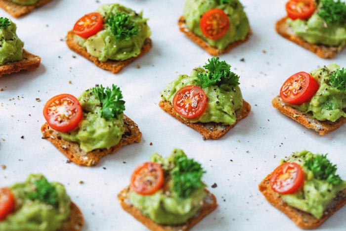 recette pour amuse bouche apéritif facile, croquette de pain avec mousse d avocat aux graines de sésame et tomate cerise