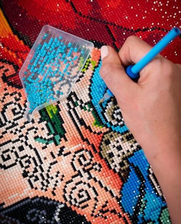 Comment les perles sont collées sur le canvas idée activité broderie diamant originale peinture en puzzle a mettre