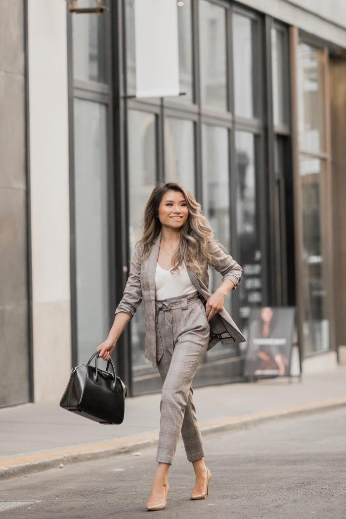 idée de tenue vestimentaire au travail avec un costume gris et chaussures hautes, exemple de pantalon tailleur femme chic
