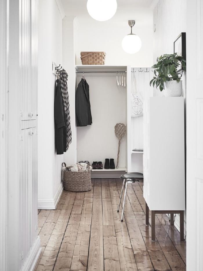 déco couloir étroit revêtement de sol bois parquet panier tressé rangement lampe suspendue blanche boule plante verte chaise pied métal
