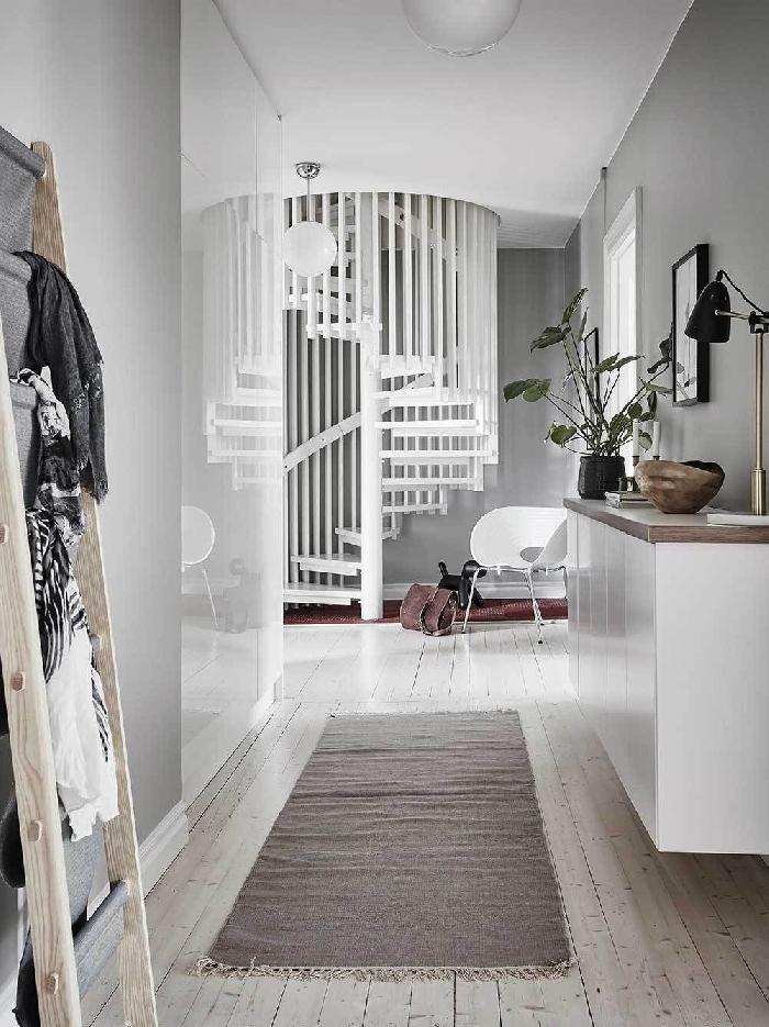 déco couloir étroite escalier moderne tapis gris à franges échelle bois rangement meuble blanc lampe bureau or et noir plante verte