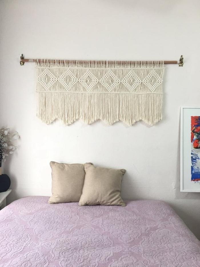 déco petite chambre avec lit cocooning coussin beige têtе de lit en macramé suspension diy noeud corde cotton franges bâton bois