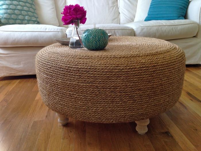 déco a faire soi mémé recup, aménagement petit salon avec canapé blanc et table DIY en pneu recyclé couvert de corde