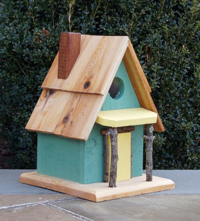 fabriquer un nichoir pour mésange charbonnière facile et économique, modèle de petite maison pour oiseau en bleu et jaune