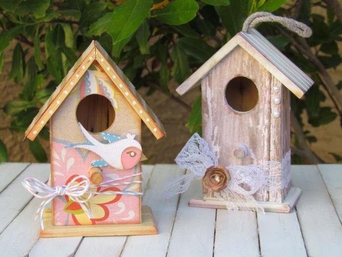 idée comment personnaliser les mini mangeoire pour oiseaux en bois avec peinture et ornements sous forme de dentelle et figurines en bois