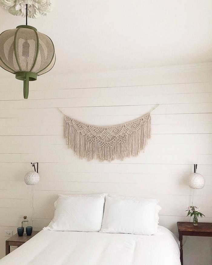 décoration chambre à coucher blanche meubles bois foncé meuble de chevet deco tete de lit diy guirlande macramé noeuds corde