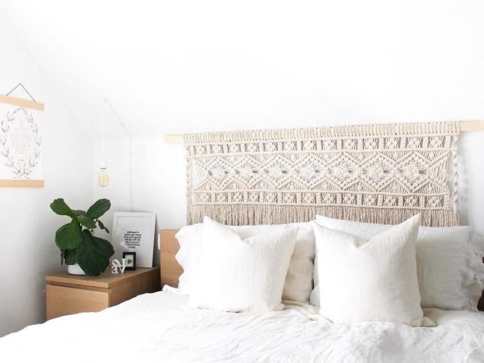 décoration chambre boho moderne avec meubles bois clair tete de lit fait maison en corde macramé beige plante verte chambre