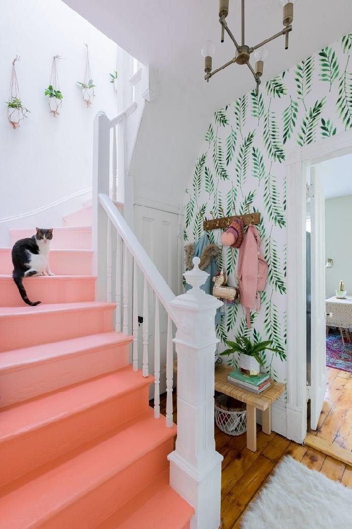 décoration escalier moderne rose et blanc suspension plante macramé aménagement entrée maison papier peint blanc motifs feuilles vertes