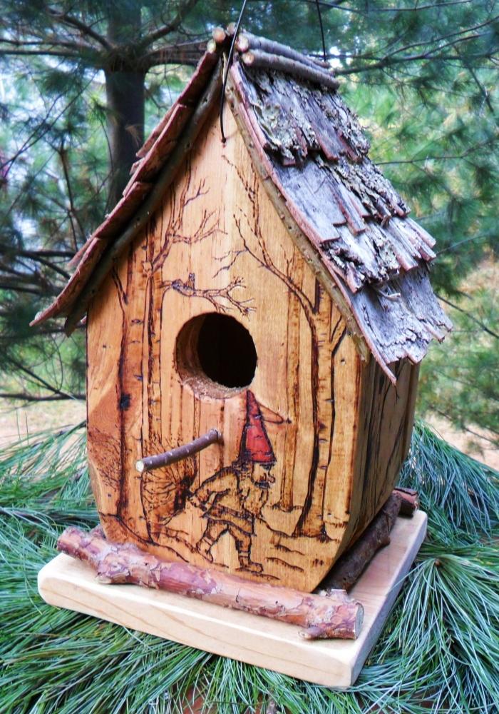 exemple de cabane pour oiseaux féerique avec gravure originale, diy petite maison pour oiseaux fabriquée avec matériaux récup