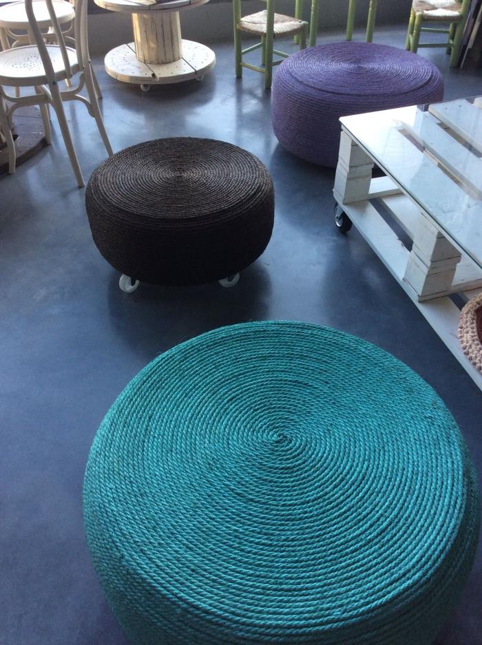 déco jardin recup à réaliser soi-même avec meubles DIY, modèle d'ottoman en pneu et corde avec pieds roulants en métal